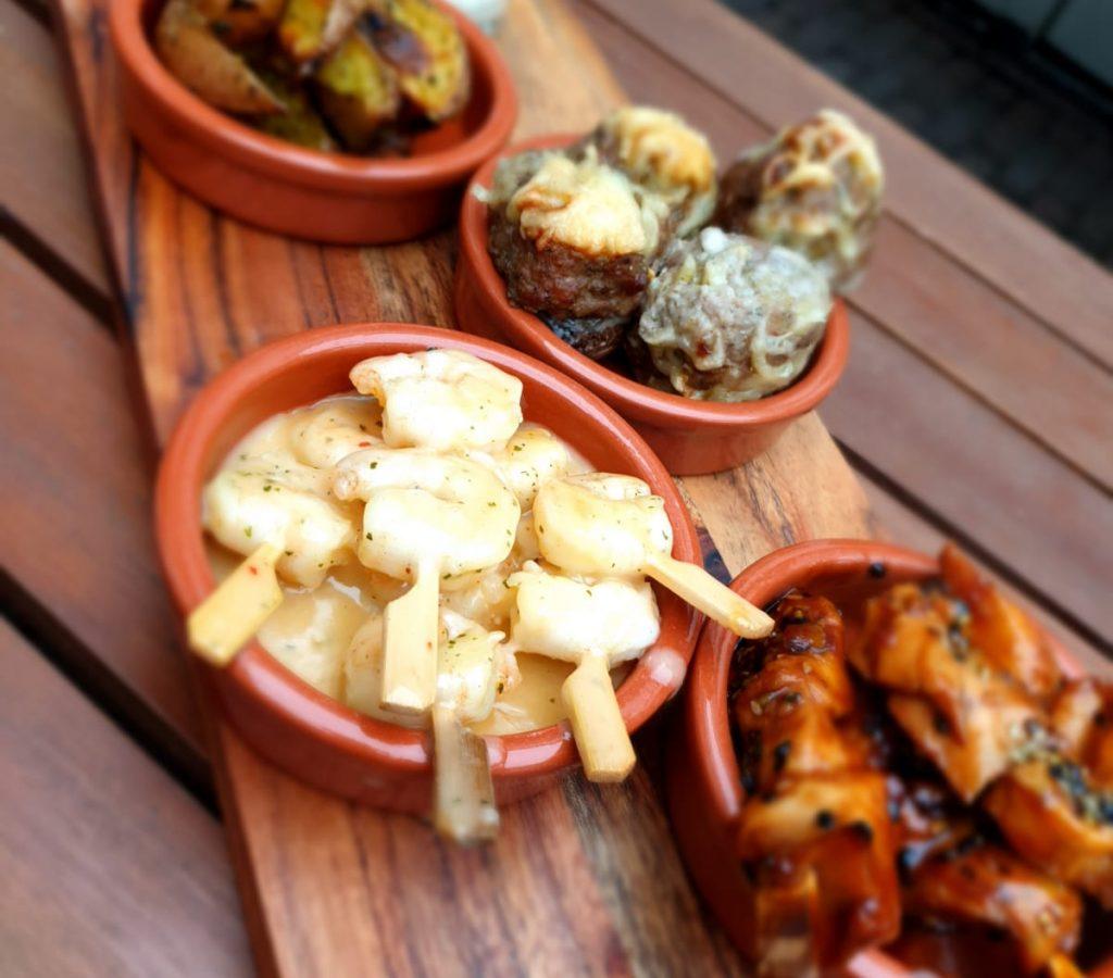 Scampi spiesjes, Kip Teriyaki spiesjes, Knoflookchampignons en gekruide aardappel partjes