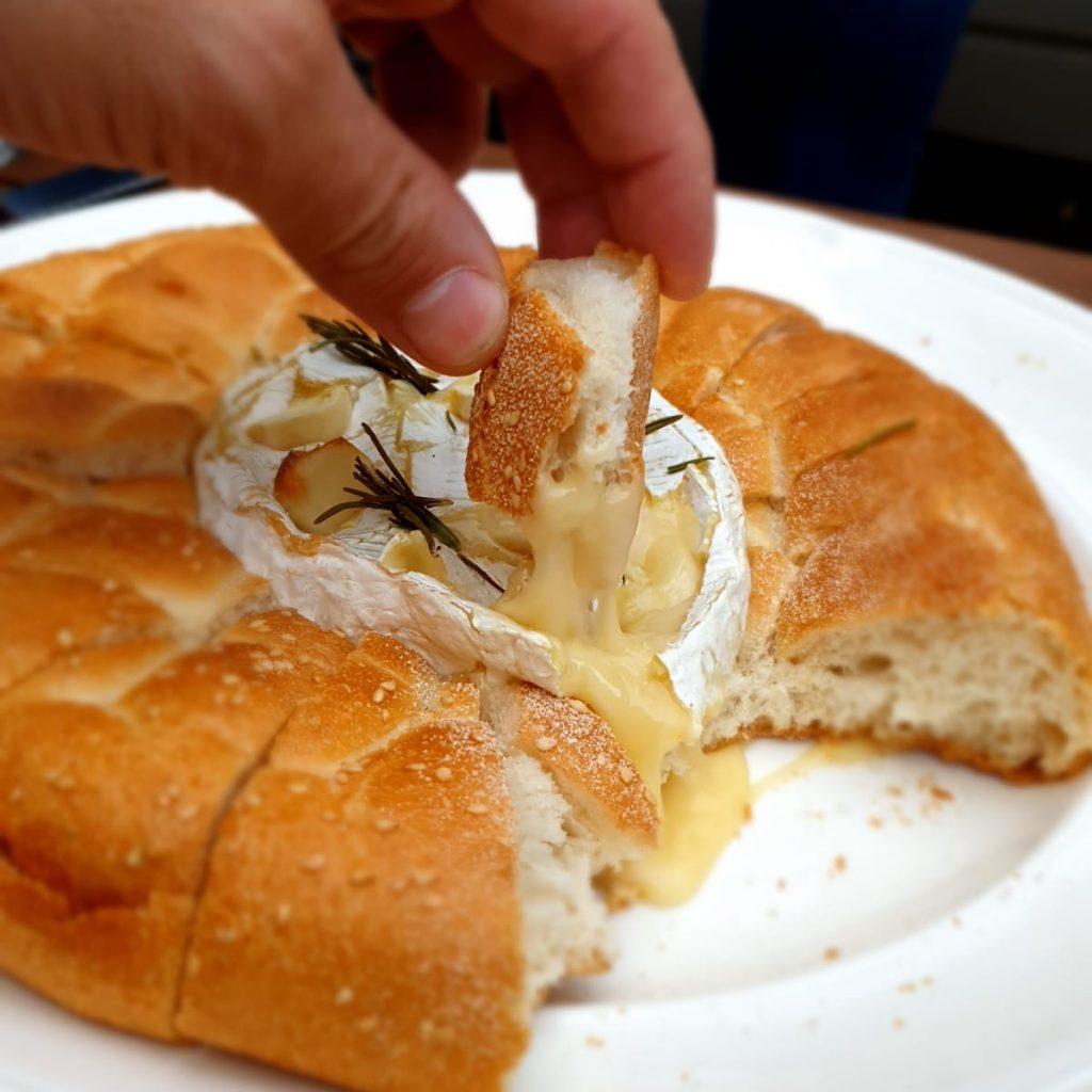 Overheerlijk breekbrood met een kern van gesmolten Camembert